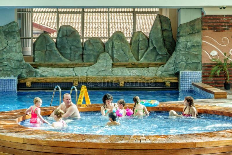 Sochi, Russland - 2. Mai 2014: Der Gebirgsstrand-Wasser-Park in Erholungsort Gorkys Gorod erlaubt Leuten, Winterreise in das heiß lizenzfreies stockbild