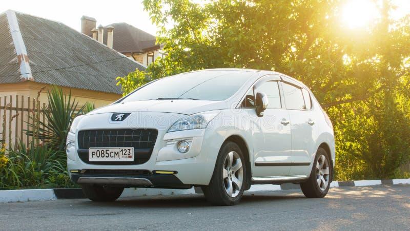 Sochi, Russland - 25. Mai 2018: Neues Peugeot 3008 herein geparkt nahe dem Haus lizenzfreie stockfotografie