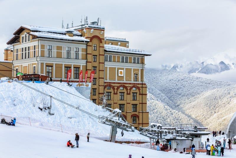 Sochi Ryssland - Januari 9, 2015: Det härliga moderna Novotel semesterortKrasnaya Polyana Sochi hotellet lokaliseras på snöig ber arkivfoton