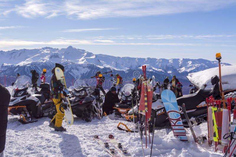 Sochi Ryssland, 10-01-2018 Rosa Khutor skidar semesterorten Läger upptill av berget, snövesslorna, snowboardersna och skidåkarna  royaltyfri foto