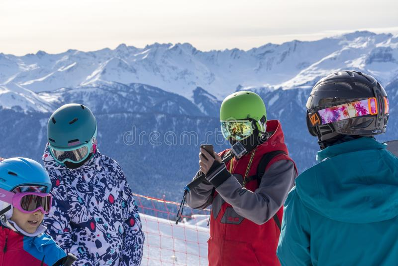 Sochi Ryssland, 11-01-2018 Rosa Khutor skidar semesterorten Snowboarders delar deras intryck på överkanten av Rose Peak på höjden arkivbilder