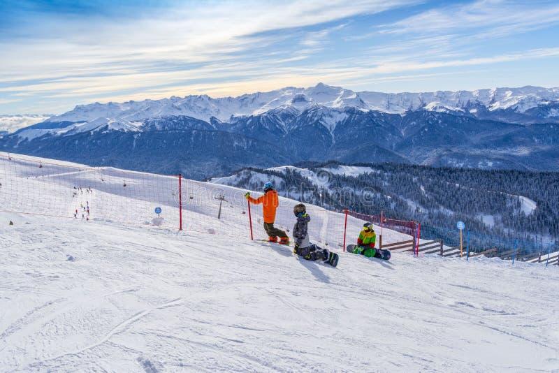 Sochi Ryssland, 10-01-2018 Rosa Khutor skidar semesterorten Snowboarders förbereder sig för loppet som överst sitter av Rose Peak arkivbild