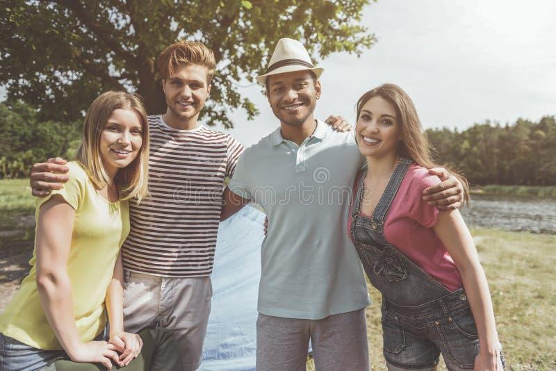 Société appréciée se reposant dans le terrain de camping photographie stock