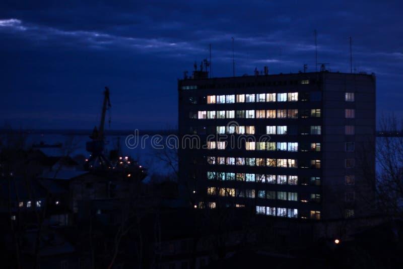 Société d'immeubles de bureaux la nuit, secteur industriel, chantier naval Travail tardif photo stock