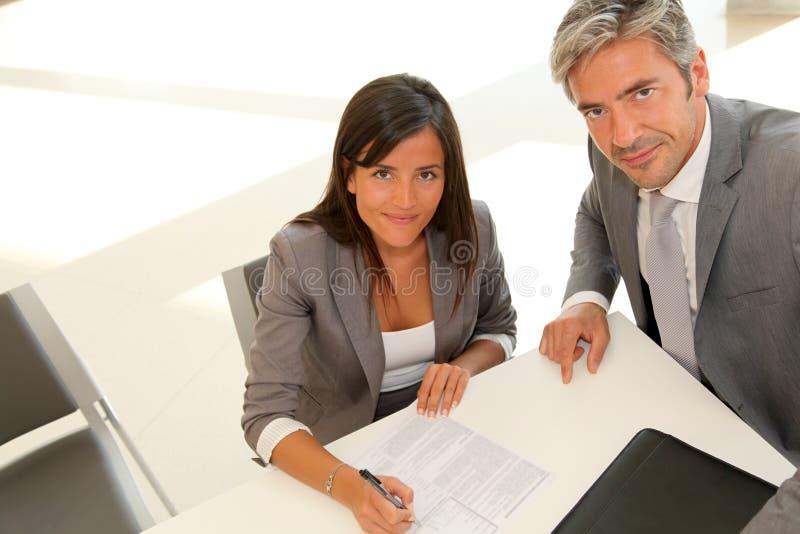 Soci commerciali che firmano contratto fotografie stock