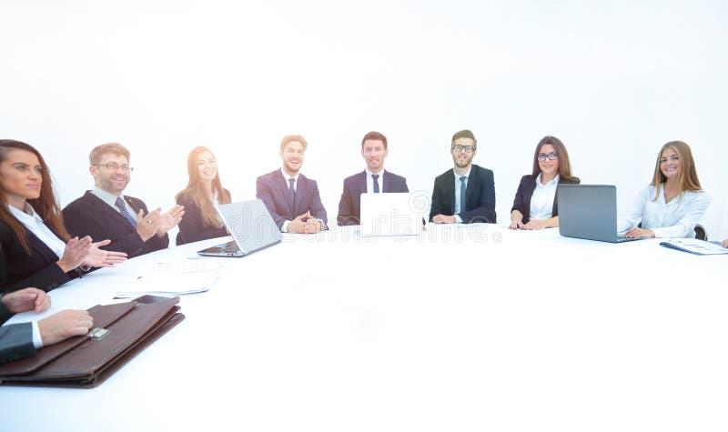 Soci commerciali che si applaudono alla tavola rotonda immagini stock libere da diritti