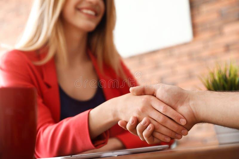 Soci commerciali che stringono le mani dopo la riunione fotografia stock libera da diritti