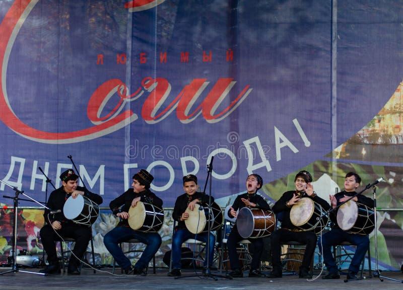 Soci La Russia - 24 novembre 2018: prestazione del gruppo creativo al festival dedicato al giorno della città di Soci immagini stock libere da diritti