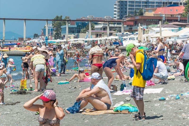 SOCI, RUSSIA - 9 GIUGNO 2019: Spiaggia rocciosa della città, ammucchiata con i turisti L'inizio della stagione fotografia stock