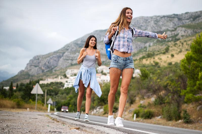 Soci?t? heureuse de hippie des amis voyageant autour du monde photographie stock libre de droits