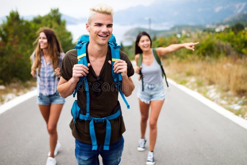 Soci?t? heureuse de hippie des amis voyageant autour du monde photographie stock
