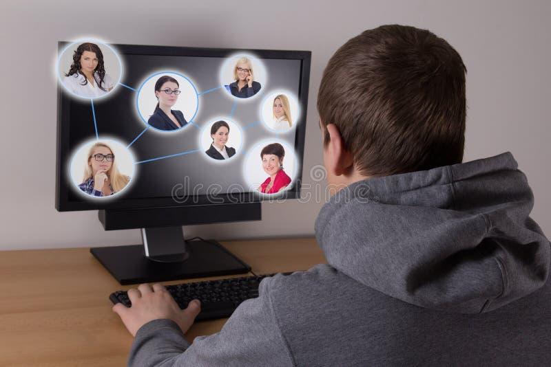 Sociaal media concept - mens die een computer met behulp van stock foto