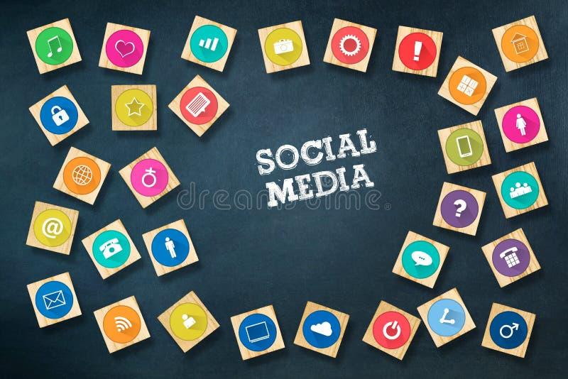 Sociaal media concept met sociale pictogrammen op houten blokken Donkerblauwe achtergrond C stock afbeeldingen