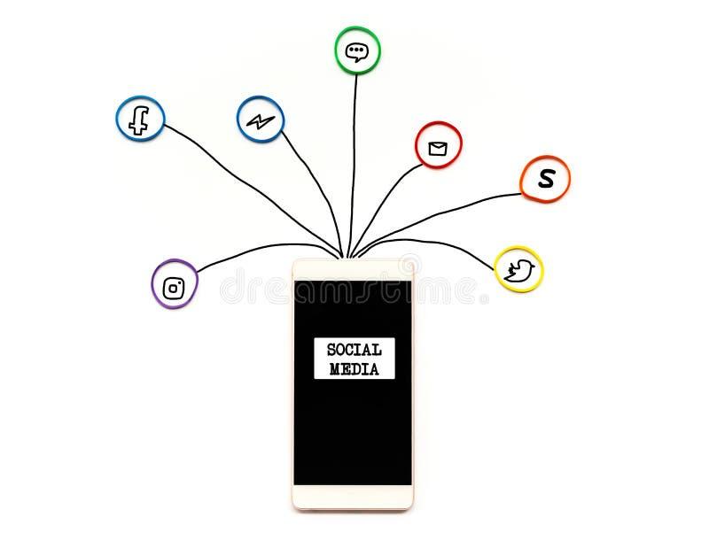 Sociaal media en communicatie concept, smartphone met elastiekje met hand het schrijven van sociaal media pictogram op witte acht stock foto