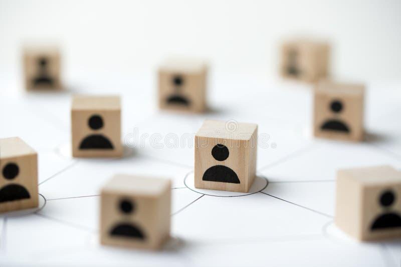 Sociaal media netwerkconcept die houten de kubusblok gebruiken van pictogrammensen royalty-vrije stock fotografie