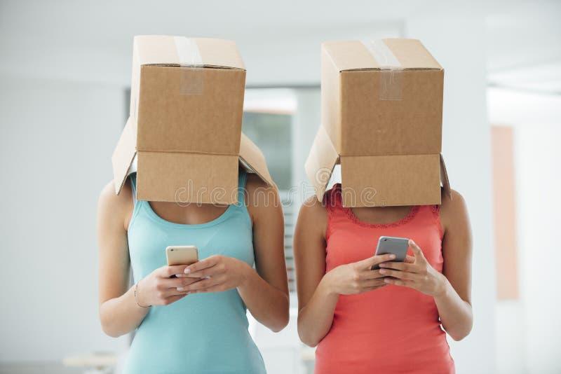 Sociaal netwerken en gebrek aan commmunication stock fotografie