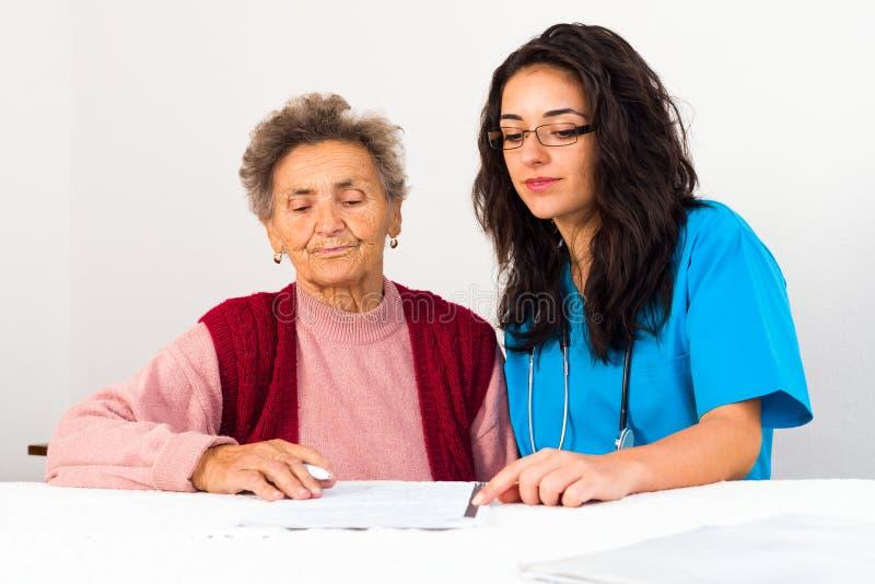 Sociaal Service Provider die Bejaarden helpen stock afbeeldingen