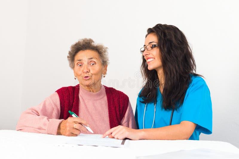 Sociaal Service Provider die Bejaarden helpen royalty-vrije stock foto