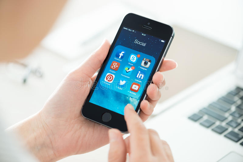 Sociaal voorzien van een netwerk apps op Apple-iPhone 5S royalty-vrije stock afbeeldingen