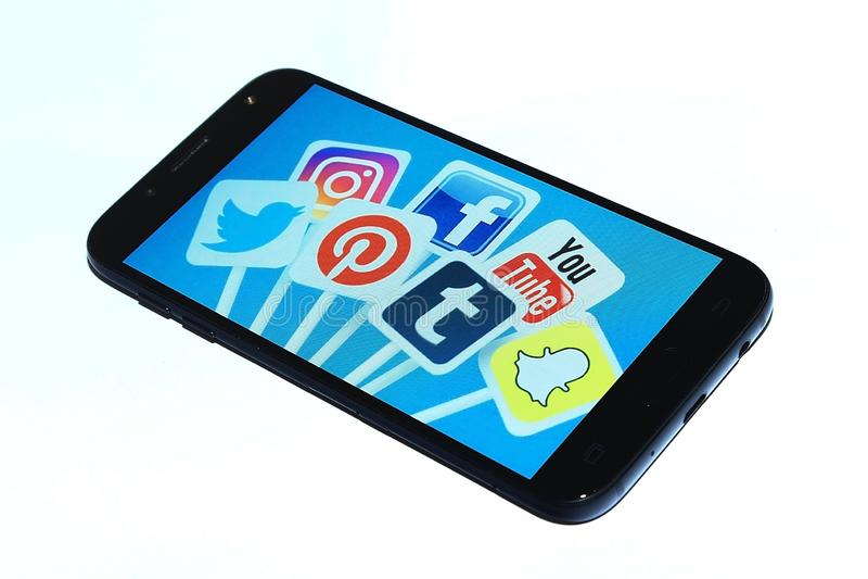 Social massmediaappsmartphone royaltyfria bilder