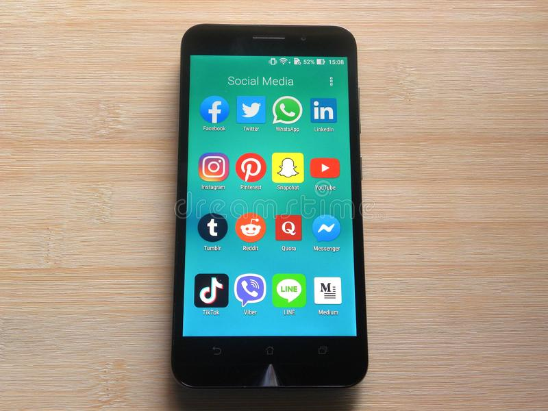 Social Media Apps am Handy stockfotos
