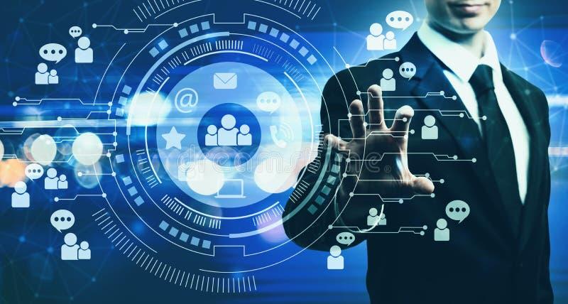 Social Media mit Geschäftsmann auf Blaulichthintergrund stockfoto