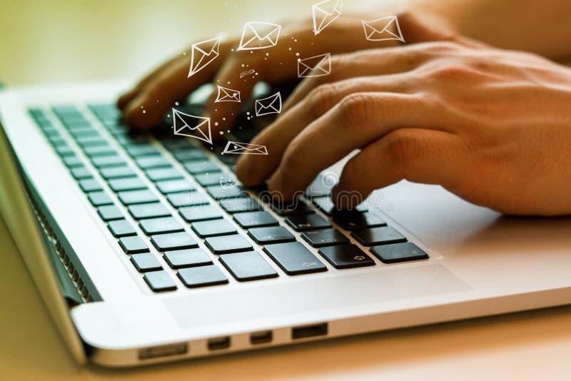 Social Media-Mitteilung und -Social Networking Weibliches Handzeichnungsdiagramm auf transparentem Bildschirm stockfotografie