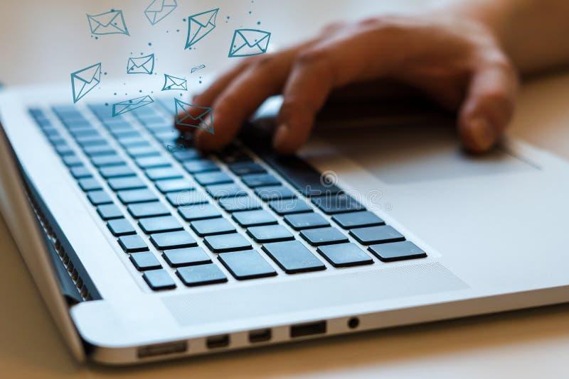 Social Media-Mitteilung und -Social Networking Weibliches Handzeichnungsdiagramm auf transparentem Bildschirm stockfoto