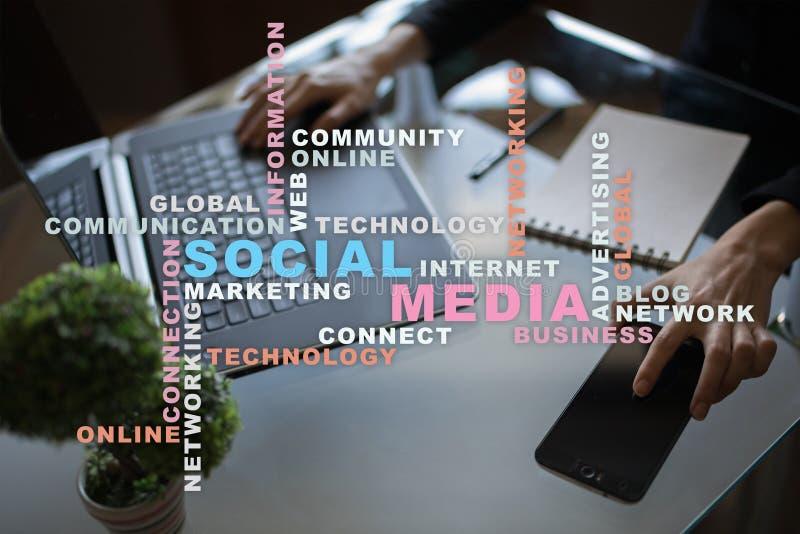 Social Media-Netz und -marketing Geschäft, Technologiekonzept Wortwolke auf virtuellem Schirm lizenzfreie stockfotos