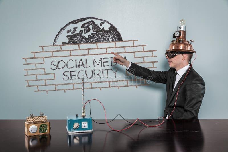 Social Media-Sicherheitskonzept mit Weinlesegeschäftsmann lizenzfreies stockbild