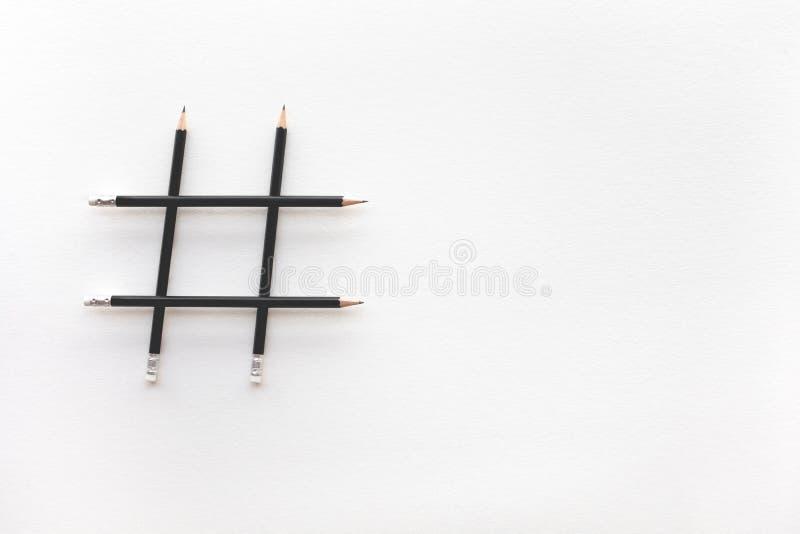 Social Media und Kreativitätskonzepte mit Hashtag-Zeichen machten vom Bleistift digitale vermarktende Bilder stockfoto
