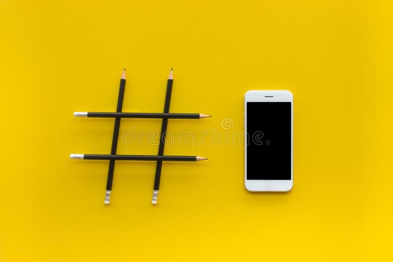 Social Media und Kreativitätskonzepte mit Hashtag-Zeichen machten vom Bleistift und vom Smartphone stockfotografie