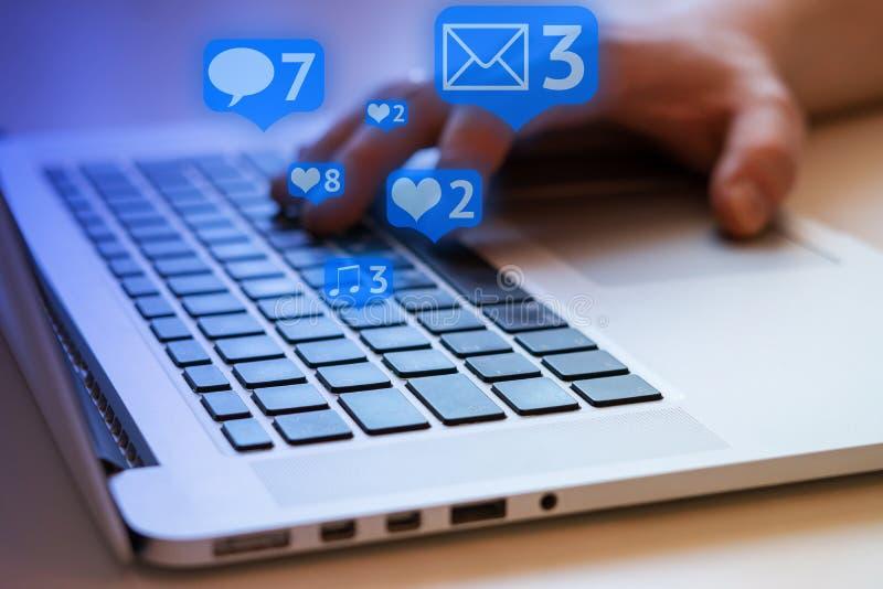 Social Media und Social Networking Weibliches Handzeichnungsdiagramm auf transparentem Bildschirm stockfotografie