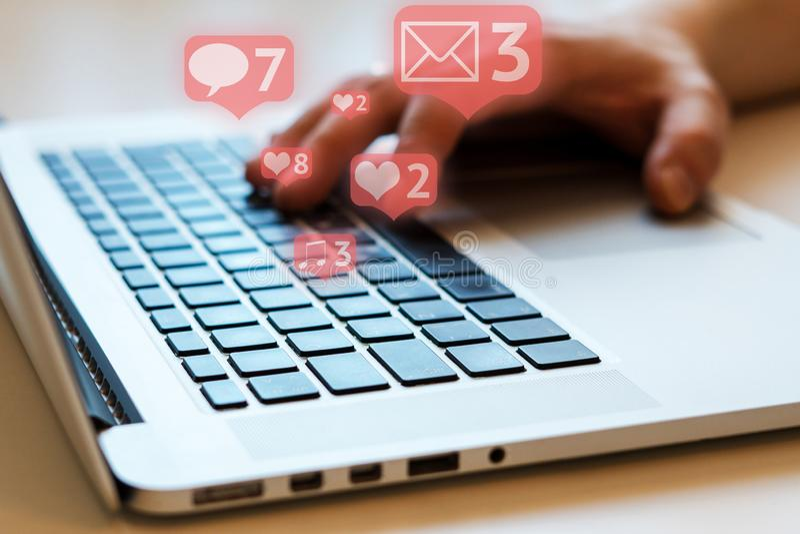 Social Media und Social Networking Weibliches Handzeichnungsdiagramm auf transparentem Bildschirm lizenzfreie stockfotografie