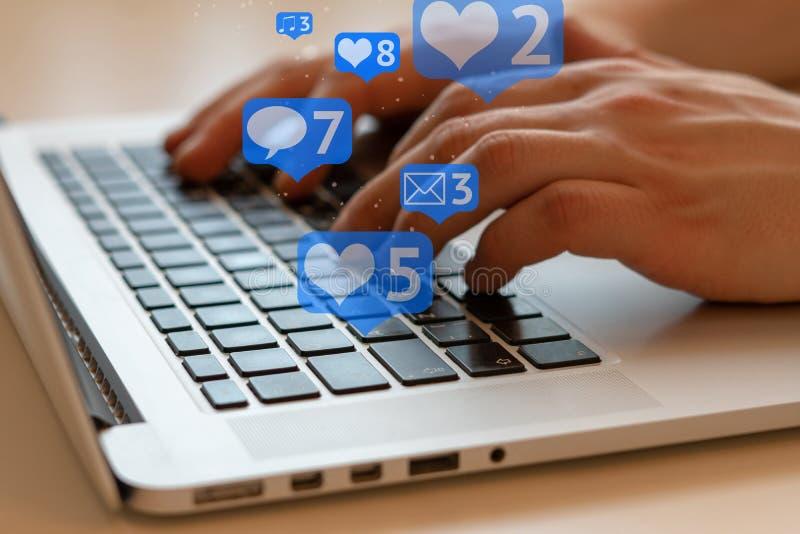 Social Media und Social Networking Weibliches Handzeichnungsdiagramm auf transparentem Bildschirm lizenzfreies stockbild