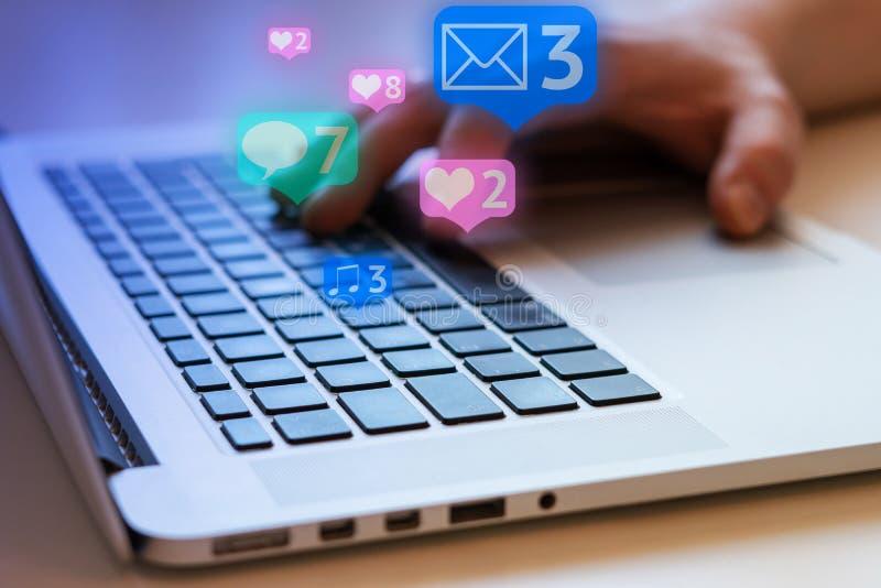 Social Media und Social Networking Weibliches Handzeichnungsdiagramm auf transparentem Bildschirm lizenzfreie stockfotos