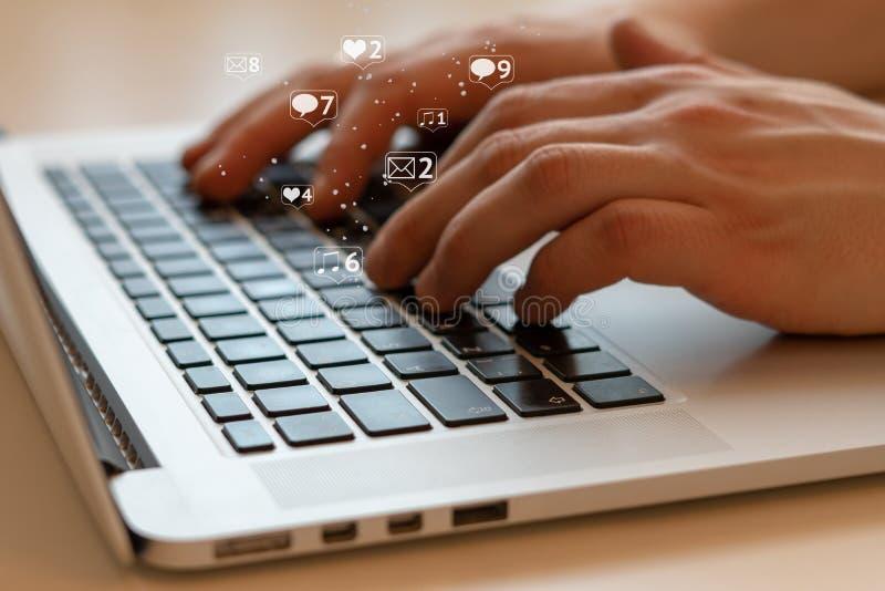 Social Media und Social Networking Weibliches Handzeichnungsdiagramm auf transparentem Bildschirm lizenzfreies stockfoto