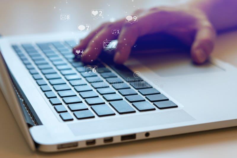 Social Media und Social Networking Weibliches Handzeichnungsdiagramm auf transparentem Bildschirm lizenzfreie stockbilder
