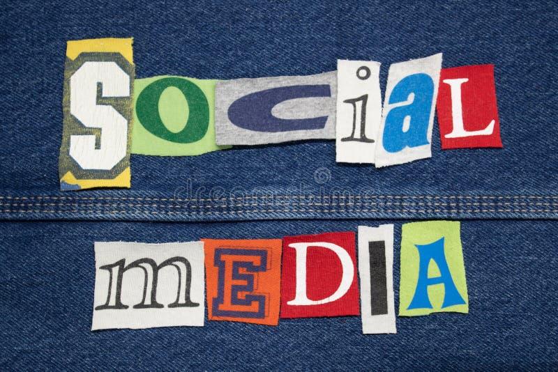 SOCIAL MEDIA-Wortcollage auf Denim mit T-Shirt Beschriftung herausgeschnitten, persönliches Marketing lizenzfreie stockbilder