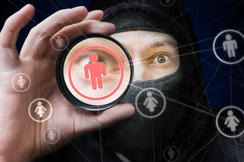 Social nätverkssäkerhet och avskildhetsbegrepp En hacker spionerar på användarekonto royaltyfria bilder