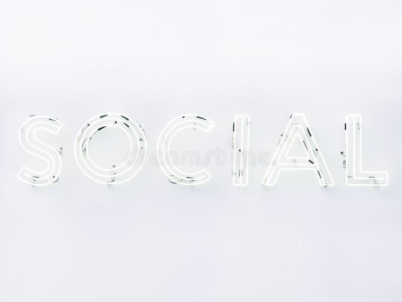 Social Signage för neon för massmediatypstilsort på väggen royaltyfri foto