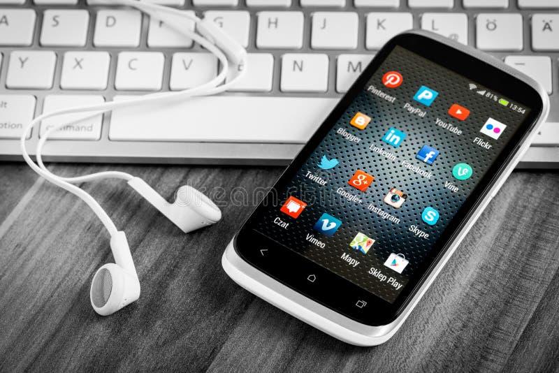 Sociala massmediasymboler på den smarta telefonskärmen fotografering för bildbyråer