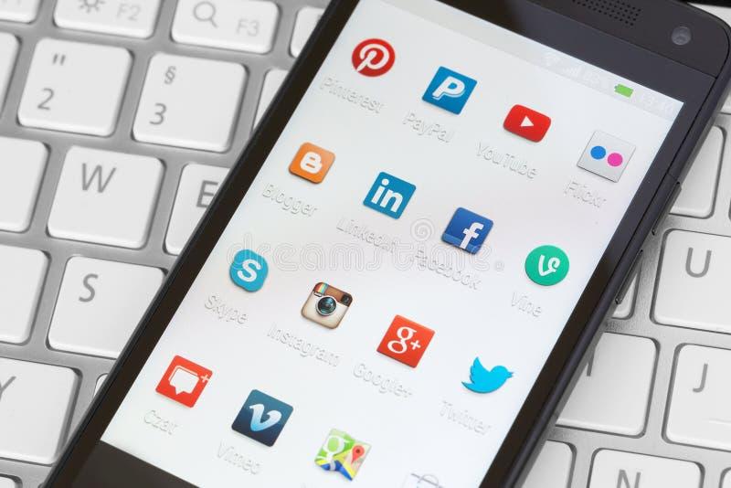 Sociala massmediasymboler på den smarta telefonskärmen royaltyfri fotografi