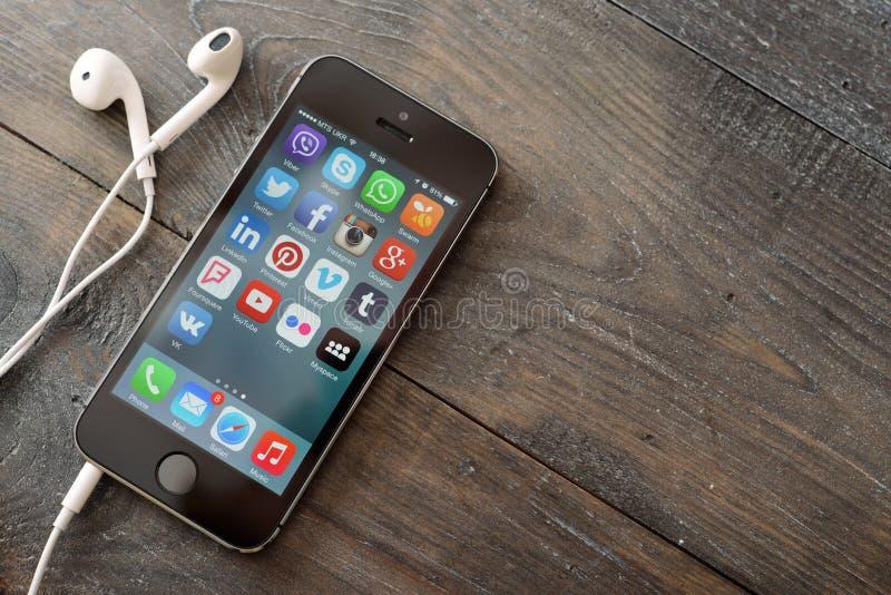 Sociala massmediasymboler på skärmen av iPhonen royaltyfri bild