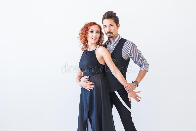 Sociale dans, kizomba, tango, salsa, mensenconcept - mooie paar het dansen bachata op witte achtergrond met exemplaar stock foto's