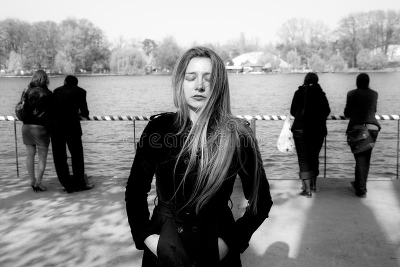 Sociale isolatie - droevige eenzame ongelukkige vrouw royalty-vrije stock foto
