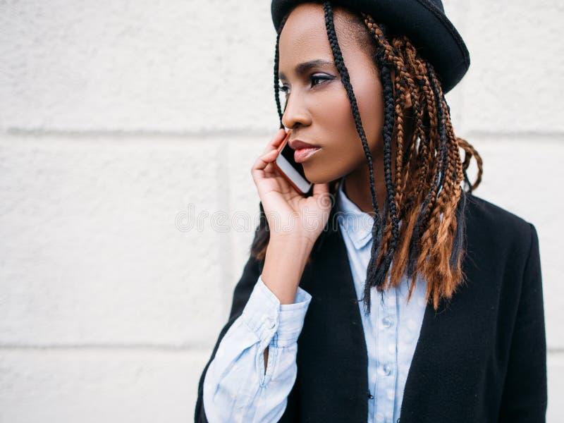 Sociale mededeling Portret van het manier het zwarte meisje stock afbeeldingen