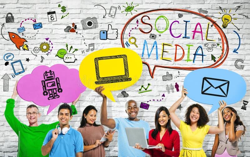 Sociale Media concepten met een multi-etnische groep mensen royalty-vrije stock foto's