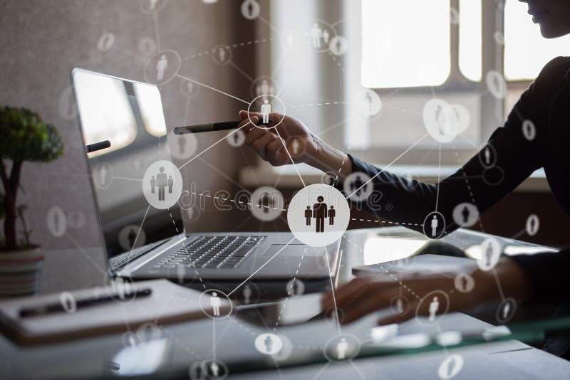 Sociale Media De pictogrammen van mensenrelaties op het virtuele scherm Internet en technologieconcept stock foto