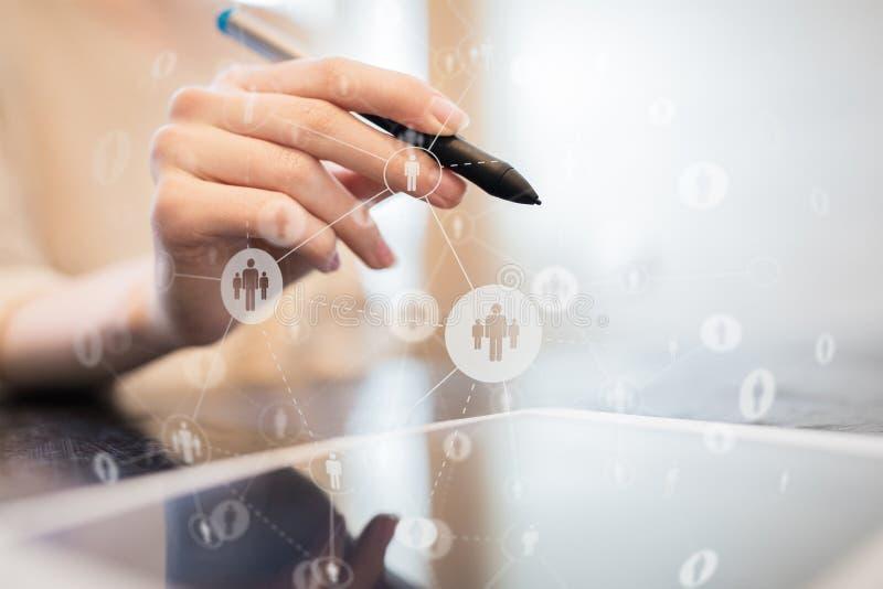 Sociale Media De pictogrammen van mensenrelaties op het virtuele scherm Internet en technologieconcept royalty-vrije stock foto